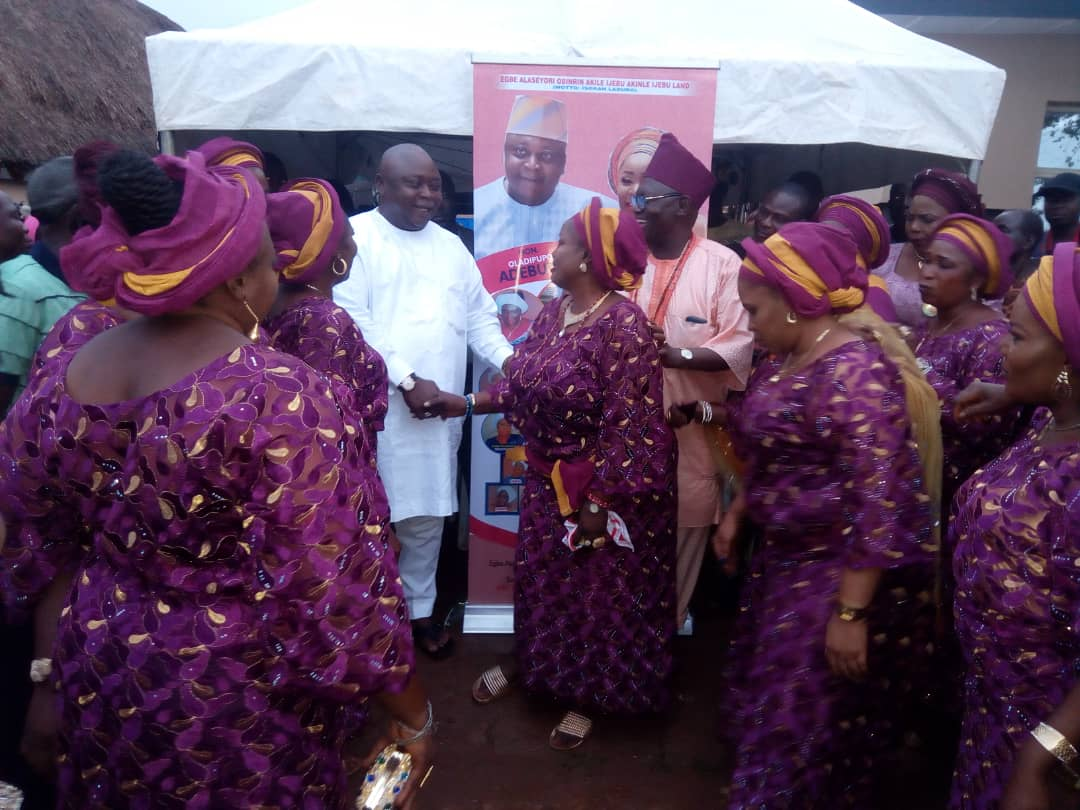 Hon (Dr) Oladipupo Adebutu in a group photograph with the members of Egbe Alaseyori Obinrin Akile Ijebu