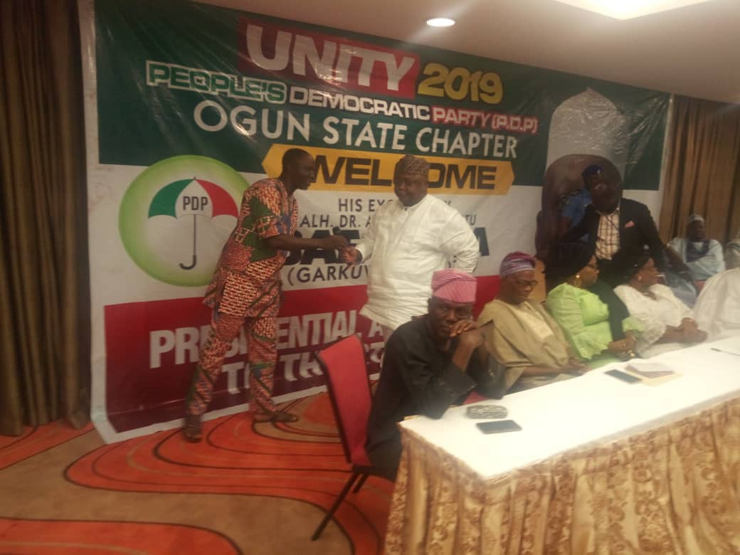 Omooba Solarin hands over the microphone to Hon Ladi to make his remarks during Barafawa Consultation to Ogun PDP