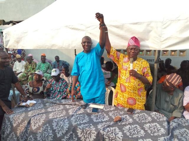 Apagun Seye Sonuga raises the hand of Sunday Solarin as the PDP candidate for Ogun State House of Assembly elections coming up on March 2, 2019