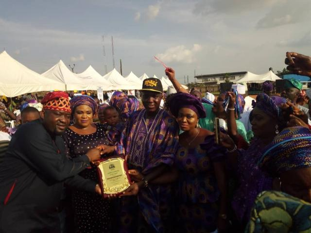Honourable member of the Ogun State House of Assembly representing Ikenne State Constituency, an Ogere indigene, Hon Kunle Sobukonla presents the plaque of honour to Omooba Solarin